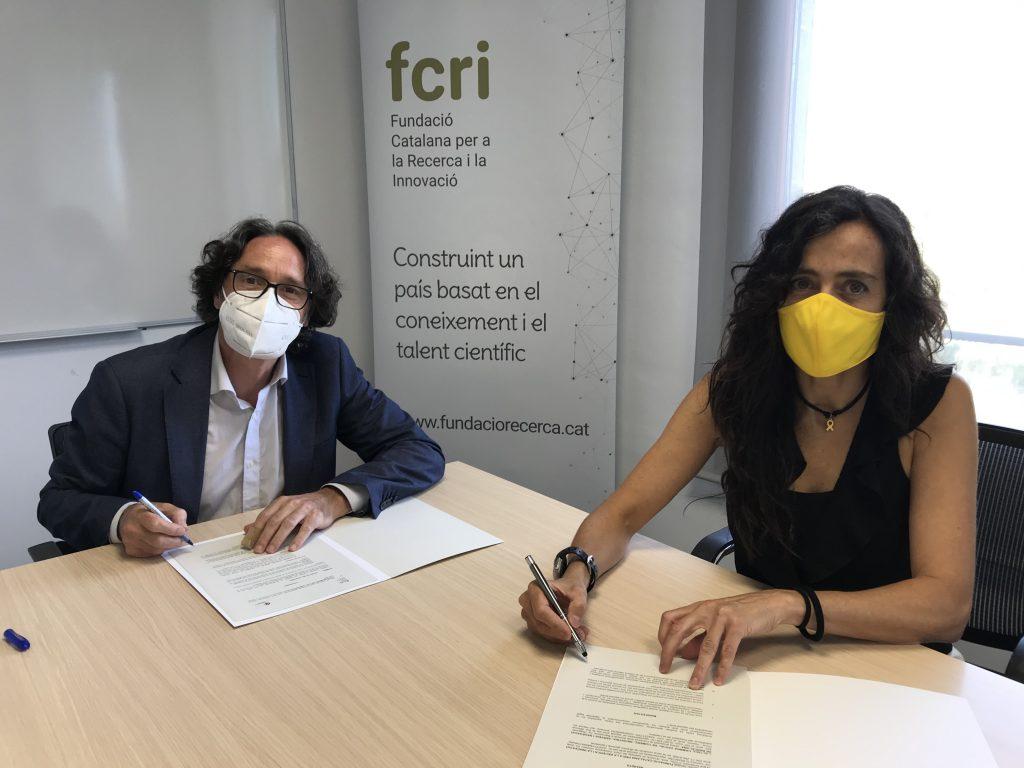 La vicepresidenta primera de la Cambra de Barcelona, Mònica Roca, i el director general de l'FCRI, Jordi Portabella, durant la signatura de l'acord entre ambdues entitats.